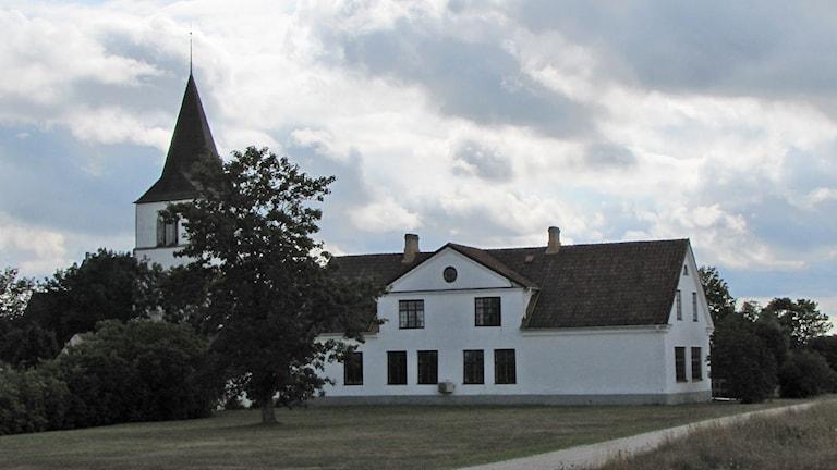 Församlingshemmet intill kyrkan i Fleringe. Foto: Katarina Hedström/Sveriges Radio