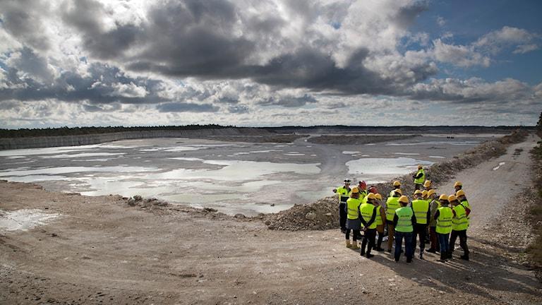 Mark- och miljööverdomstolen besöker Nordkalks täkt i Klinthagen. Foto: Gunnar Britse.