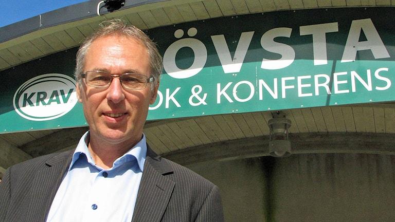 Mats Pettersson vd Grönt Centrum Gotland framför skyltar Foto Lasse Ahnell Sverigesradio