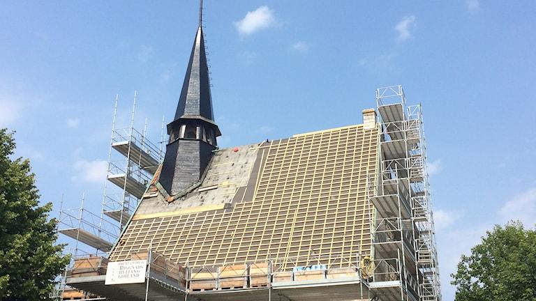 Byggnadshyttan renoverar kyrkan i Västergarn. Foto: Henrik Wallenius/Sveriges Radio Gotland