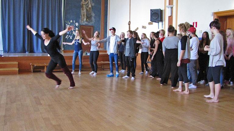 Skolelever provar på dans i Arts Scool Day i Visby. Foto Lasse Ahnell Sverigesradio