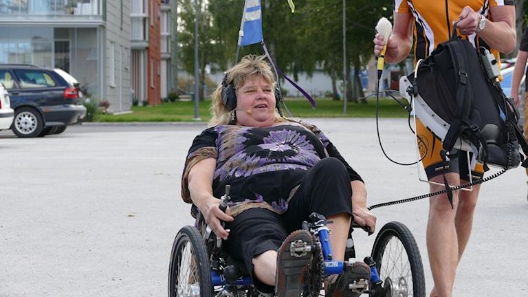 Mari cyklar. Foto: Lasse Eskelind/Sveriges Radio