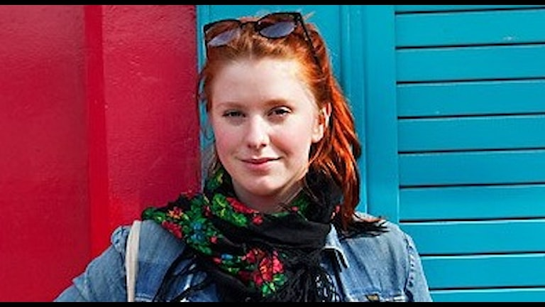 Ellinor Eriksson framför en blå dörr