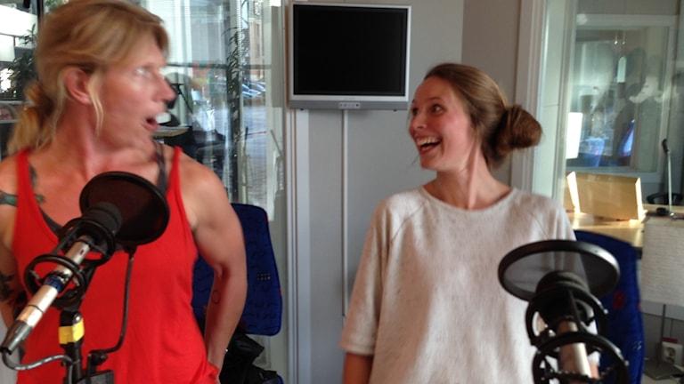 Johanna Isakson lär Amanda Heijbel hur rumpmuskulaturen ska slappna av
