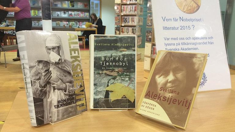 Böcker av Nobelpristagare i litteratur. Foto: Lasse Ahnell/Sveriges Radio Gotland