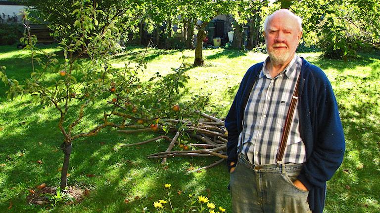Ebbe Klint i kanske förorenade trädgården. Foto Lasse Ahnell Sverigesradio