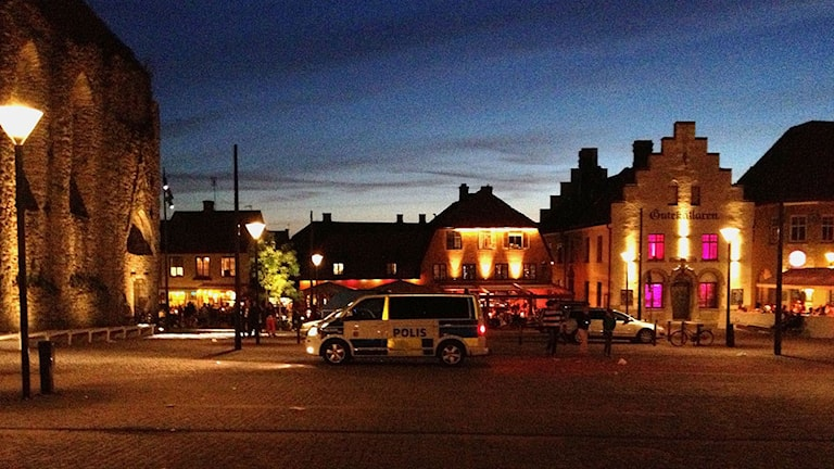 Polisbil på Stora torget i Visby. Foto: Mika Koskelainen/Sveriges Radio
