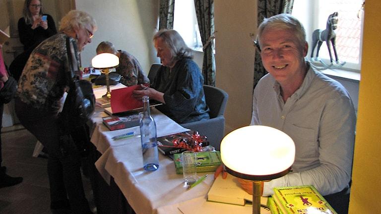 Författaren Mikael Bergstrand och i bakgrunden författarna Cecilia Lindqvist o Bodil Malmsten som signerar böcker Foto Lasse Ahnell Sverigesradio