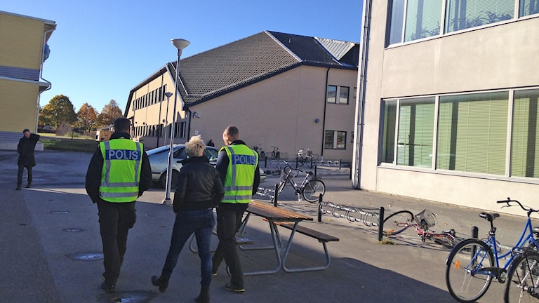 Wisbygymnasiet evakuerat. Foto: Patrik Annerud/Sveriges Radio