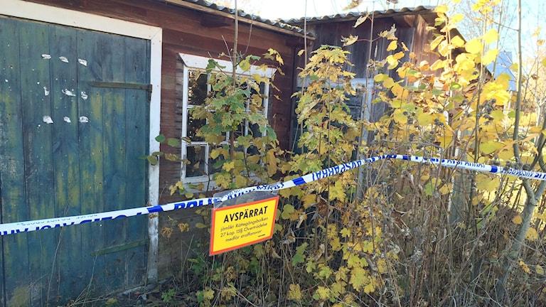 Polisens avspärrning kring platsen där en person hittades död. Foto: Gunnel Wallin/Sveriges Radio Gotland