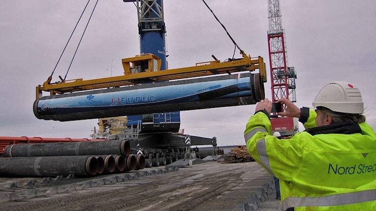 Sista gasledningsröret till Nord Stream i Slite 2012 lastas. Arkivfoto: Lasse Ahnell/SR Gotland