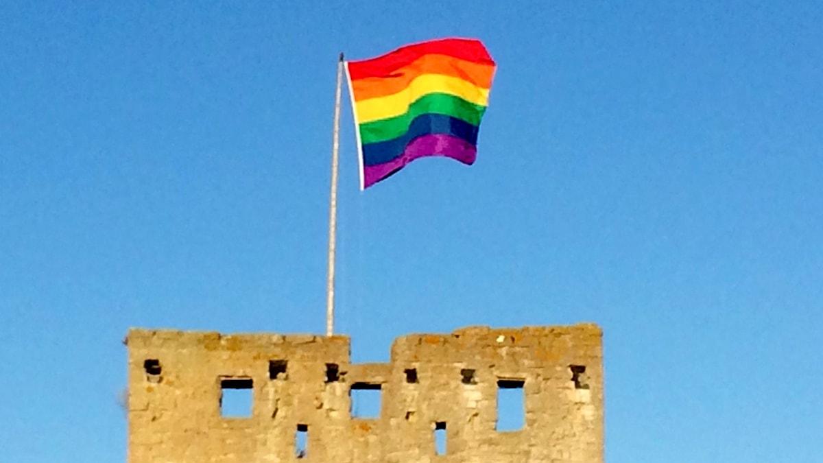 Regnbågsflagga ovanför Österport i Visby. Foto: Henrik Wallenius/Sveriges Radio Gotland