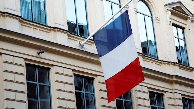 Flaggan på halv stång utanför Frankrikes ambassad i Stockholm. Foto: Christine Olsson / TT