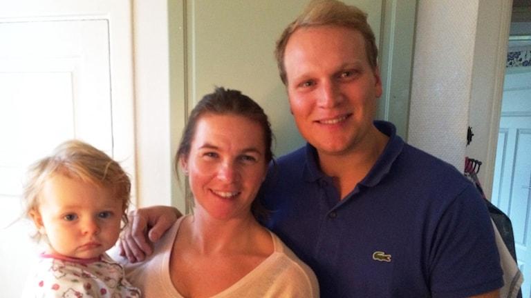 Michaela Wäss och Gustaf Jörneus med dottern Vega. Foto: Mari Winarve/Sveriges Radio