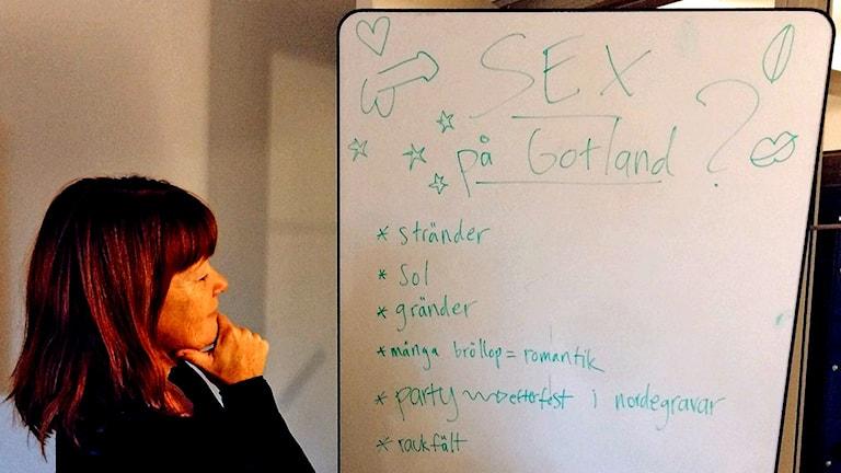 Anna Karlsson begrundar listan över några av de ställen på ön som troligen kan ligga högt i kurs i fantasin hos de Gotlandssuktande sexsugna. Foto: Sveriges Radio