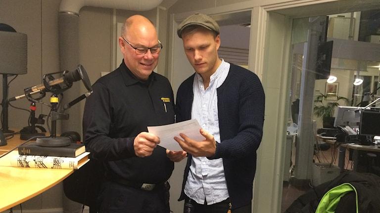 Dick Svennefelt tittar på listan som morgonprogrammet sammanställt
