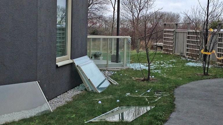 Stormen Gorm spräckte en inglasad balkong på Galgberget i Visby. Foto: Patrik Annerud/Sveriges Radio