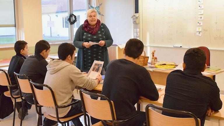 Mien Niklasson undervisar asylsökande i Högbyskolan i Hemse. Foto: Jack Lantz/Sveriges Radio Gotland