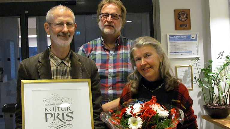 Marita Jonsson fick Region Gotlands kulturpris2015 för Körbärsgården som hon skapat tillsammans med makenJon Jonsson. I mitten kulturchef Björn Ahlsén. Foto: Jonas Neuman/Sveriges Radio