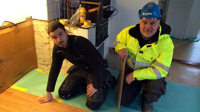 Ivan Boström och Göte Ahlin är nyanställda på Byggnadshyttan Kalk och Bygg. Foto: Gunnel Wallin/Sveriges Radio