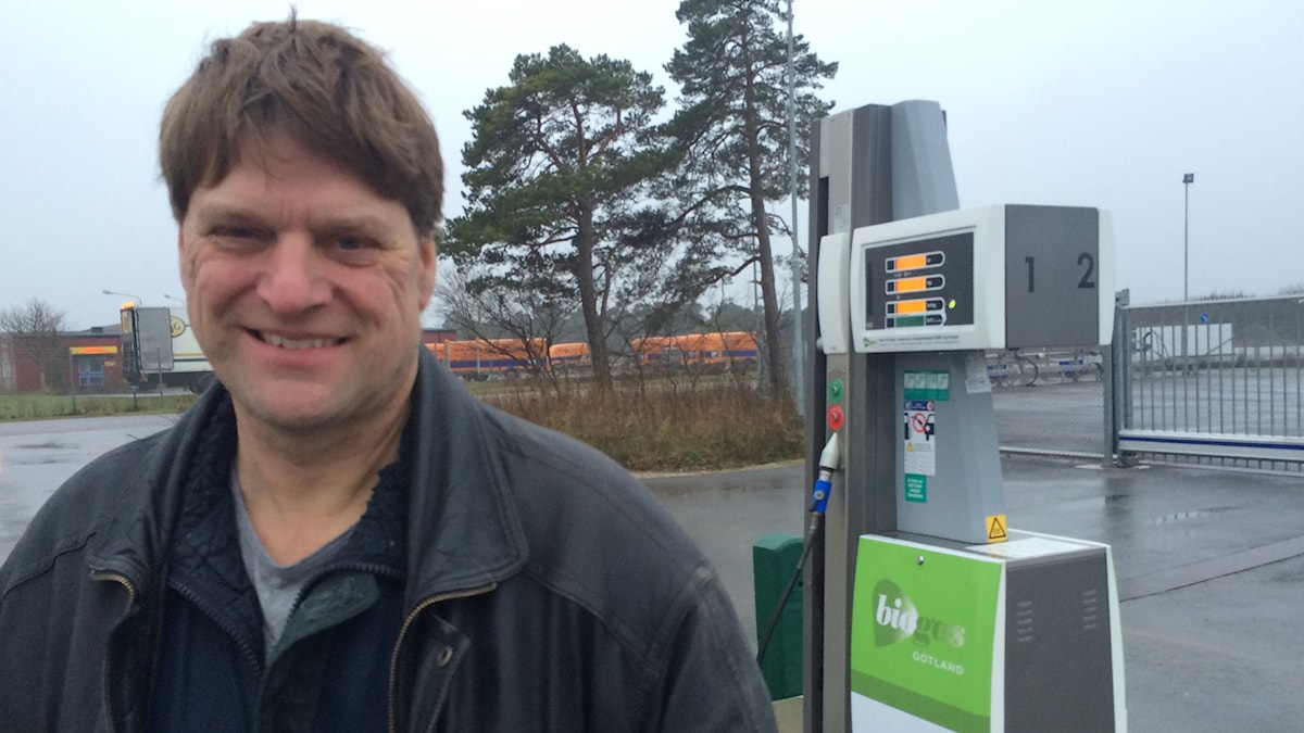 Magnus Ahlsten vid tankställe i Visby.Foto: Ulrika Uusitalo Fernholm/Sveriges Radio