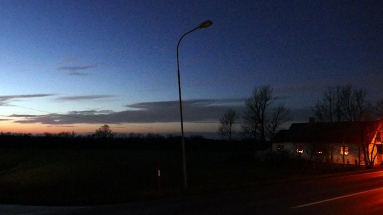 Släckt gatlykta på landsväg i Fröjel. Foto: Jonas Neuman/Sveriges Radio