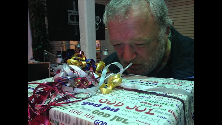 Anton Snel luktar på ett paket med hästskit