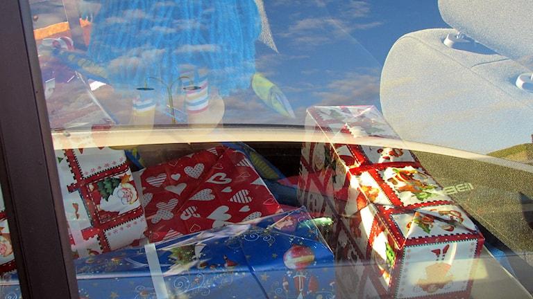 Julklappar i baksätet på parkerad bil. Foto: Jonas Neuman/Sveriges Radio