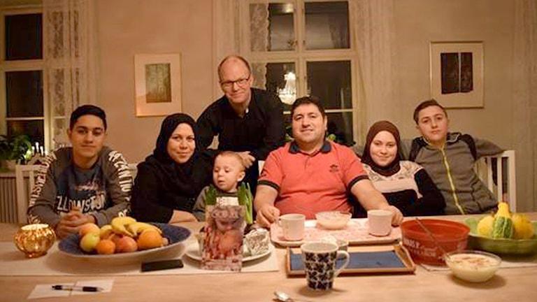 Syriska flyktingfamiljen Qasem firar jul i prästgården i Garda med kyrkoherden Benny Helgesson. Foto: Jack Lantz Sveriges Radio Gotland