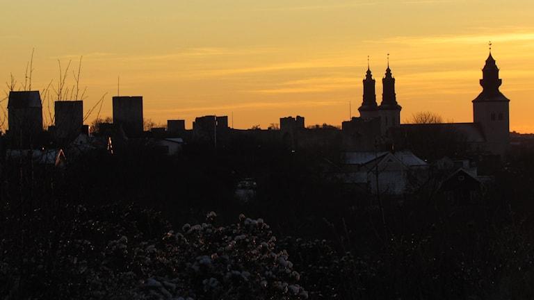 Visby silhuett i solnedgång i december.