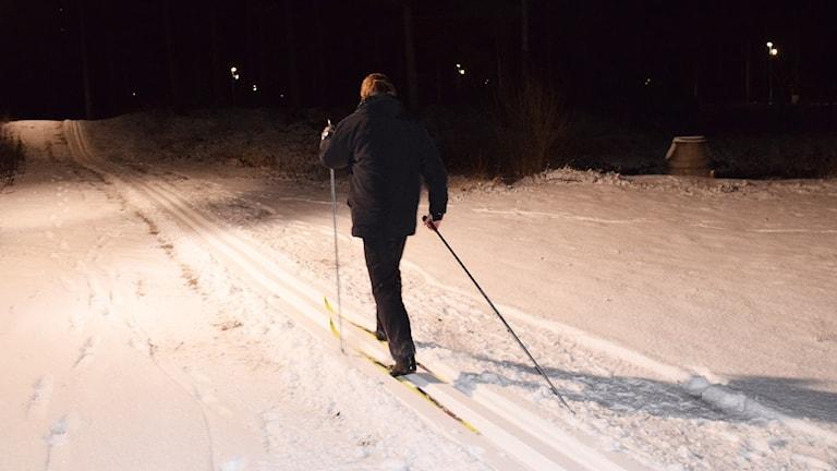 Niklas Callenmark på skidor vid Svaidestugan. Foto: Jack Lantz/Sveriges Radio