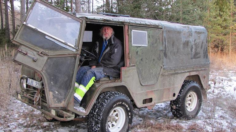 Lennart Jakobsson i en terrängbil. Foto: Mari Winarve/Sveriges Radio