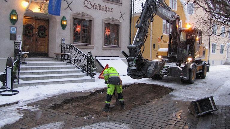 Strandgatan grävs upp efter vattenläcka. Foto Lasse Ahnell Sverigesradio