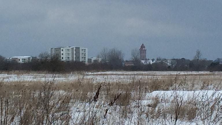 Snöigt vintervisby sett från A7 fältet.