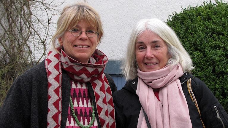 Volontärerna Eva Hållsten och Elinor Edvardsson Stiwne hjälper asylsökande på Björklunda. Foto: Jonas Neuman/Sveriges Radio