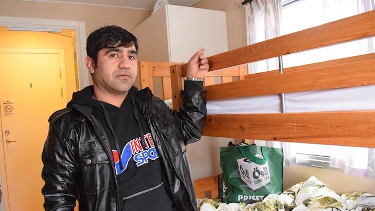 Nourdin Aganizada sover i rummet som blev beskjutet. Foto: Jack Lantz/Sveriges Radio