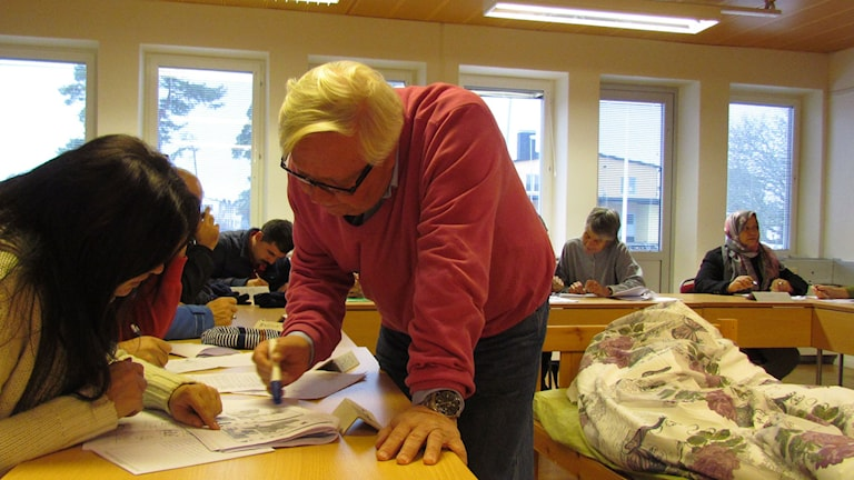 Esso Eriksson undervisar asylsökande.