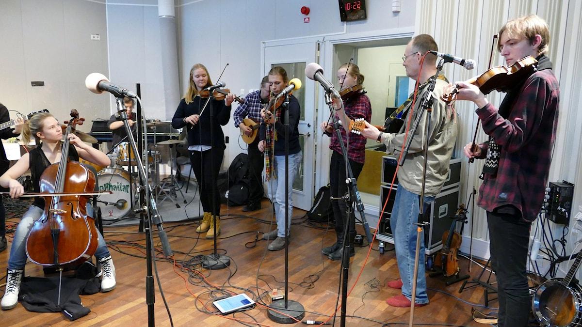 Kulturskolans världsmusikband där lärarna Stefan Magnusson och Håkan Renard spelar tillsammans med eleverna. Foto: Jonas Neuman/Sveriges Radio