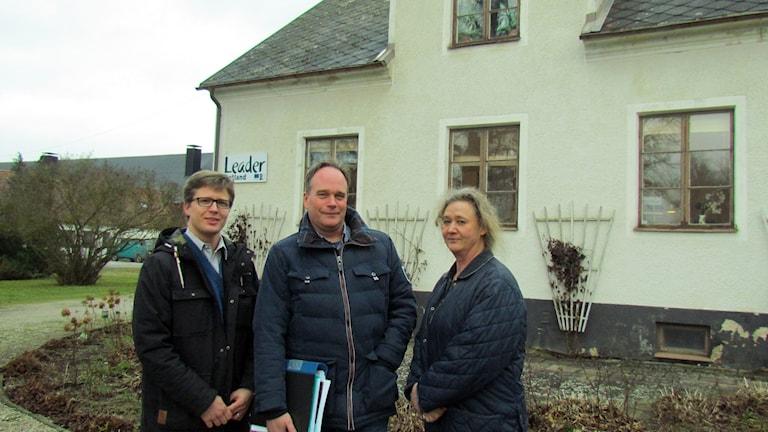 John Gambe, Roger Lundberg och Gunilla Lexell på Leader Gute. Foto: Jonas Neuman/Sveriges Radio