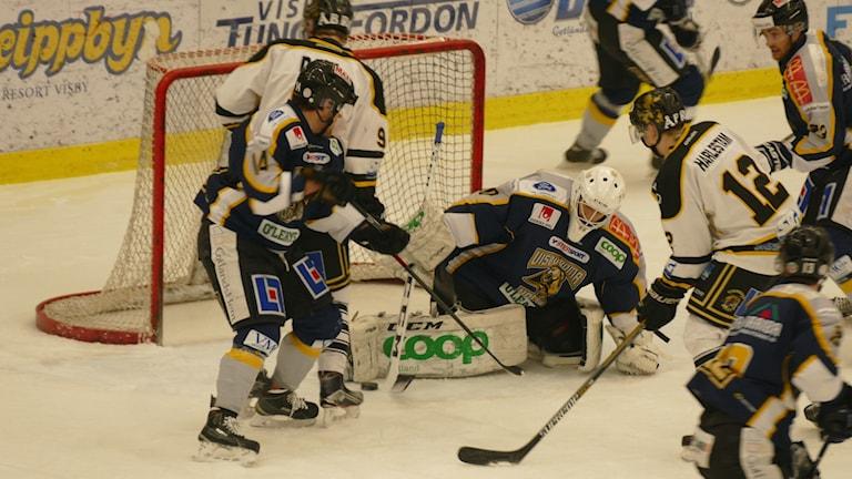 Målvakt Sammy Gustafsson räddar ett skott från Vimmeryby. Foto: Eva Didriksson/Sveriges Radio
