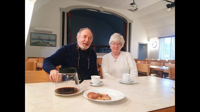 Ingvar Larsson och Kerstin Karlström laddar på varsitt sätt inför den stora kroppkaketävlingen.