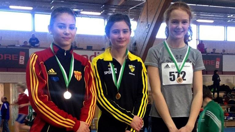 Bella Lindgren De Flon på prispallen efter finalen på 60 meter. Foto: Jorma Jääskeläinen/Privat
