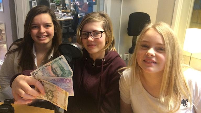 Rebecka Regen, Vilda Carlén och Engla Stockmarr diskuterade pengar och sparanade. Foto: SR Gotland