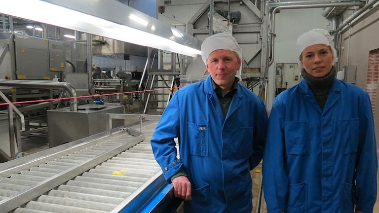 Mats-Ola Jespersson, miljösamordnare, Anna-Carin Löfstedt, platschef Foodmark i Klinte. Foto: Anna Jutehammar/ Sveriges Radio