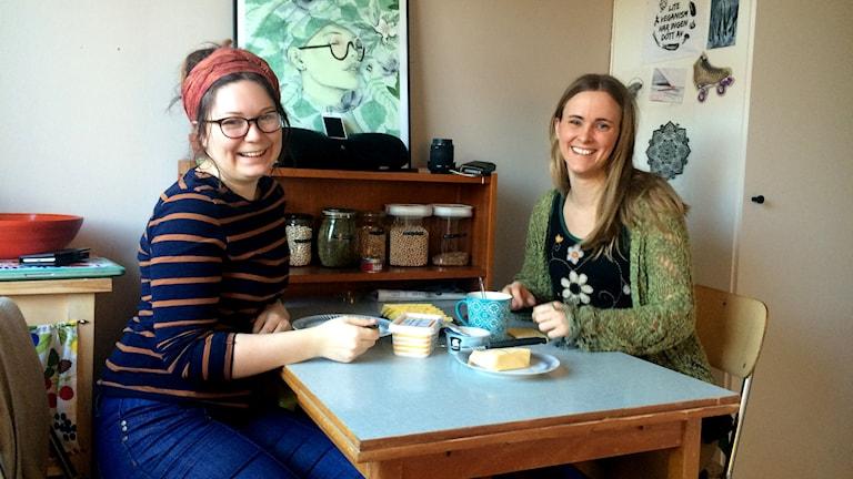 Lina Durell och Malin Friis med bloggen Vegan Gotland vill visa att vegansk mat är enkelt att laga. Foto: Hanna Sihlman/SR Gotland