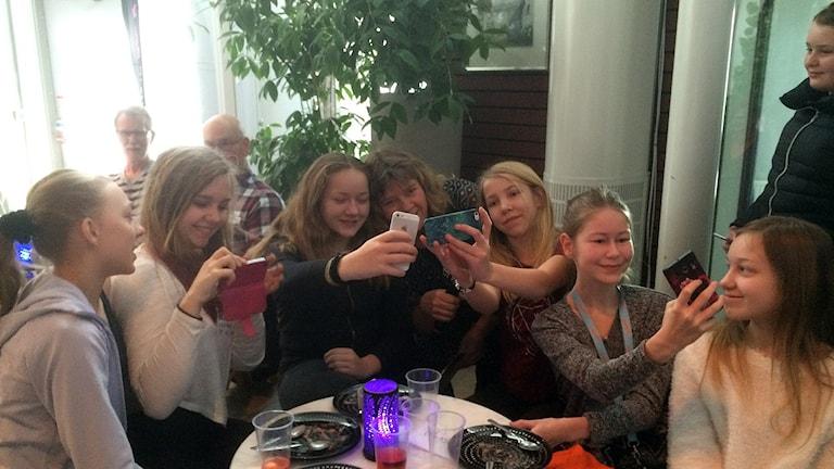Tjejerna i klass 6A på Solbergaskolan i Visby tar groupies med Mari.