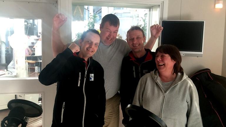 Ola Cato, Jens Rosvall, Peter Olofsson och Tova Rosvall har roligt i Visby Romas klack just nu.