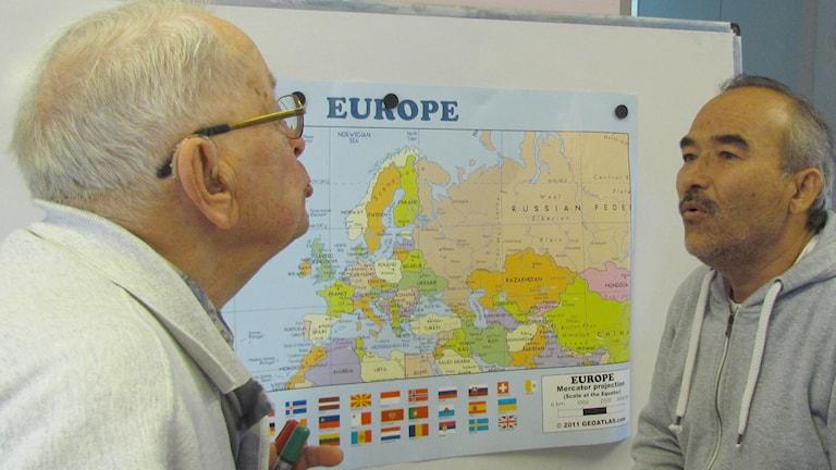 """Pensionerade läraren Mårten Wessberg, 92 år, lär Ali Sobhani från Afghanistan att säga """"u""""."""