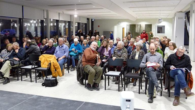 Nära 100 personer ville lyssna och ställa frågor på det öppna mötet om vatten.