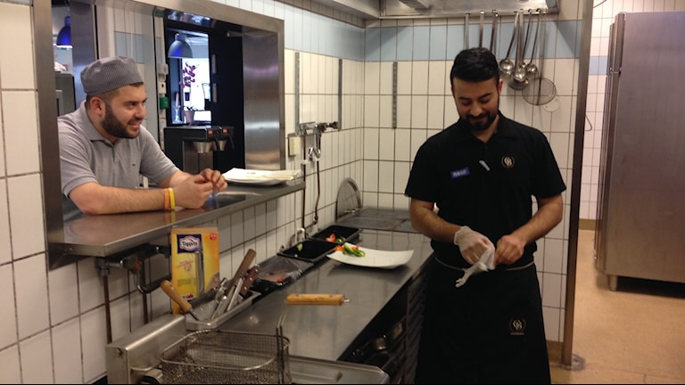 Geith Arawi praktiserar på Flygrestaurangen. Foto: Jack Lantz/Sveriges Radio